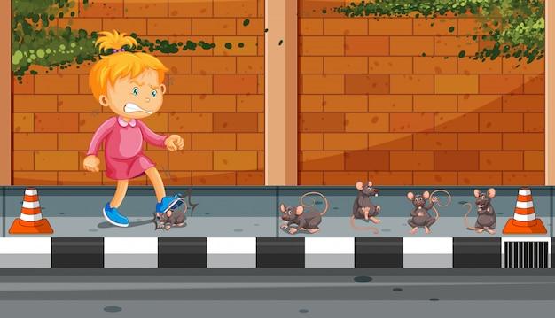 Fille donnant un coup de pied dans la rue