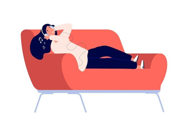 Fille écoute de la musique sur un canapé