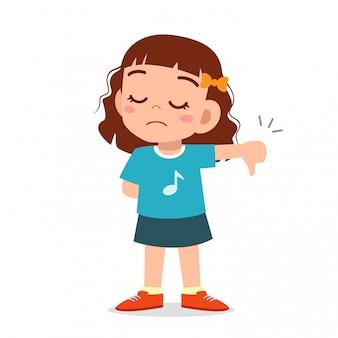 Fille enfant mignon heureux avec le signe du pouce vers le bas