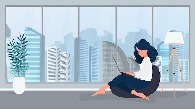 La fille est assise sur un pouf et travaille sur un ordinateur portable. une femme avec un ordinateur portable est assise sur un grand pouf. le concept de travail confortable au bureau ou à la maison. vecteur.