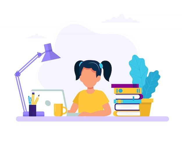 Fille étudie avec l'ordinateur et les livres.