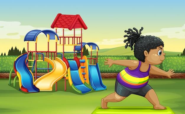 Fille faisant du yoga dans le parc