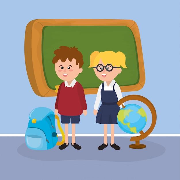 Fille et garçon étudiants avec tableau noir et sac à dos