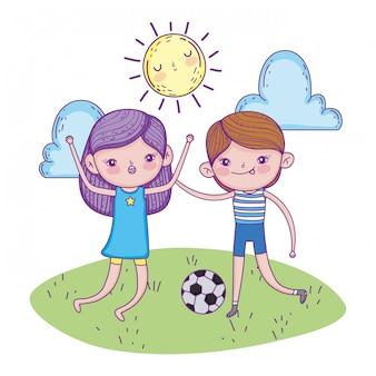 Fille et garçon jouent au football avec ballon