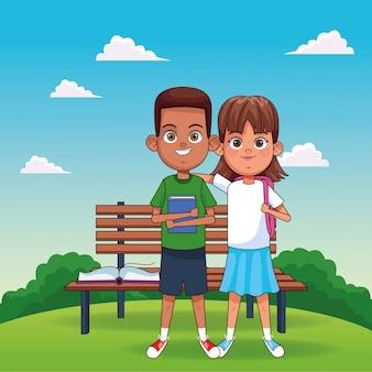 Fille heureuse de dessin animé et garçon debout sur un banc de parc et fond de paysage