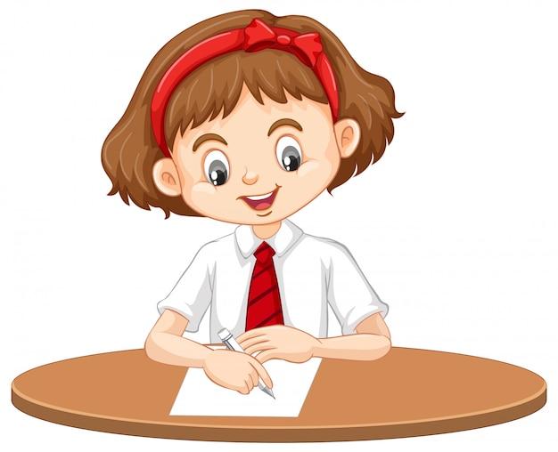 Une fille heureuse écrivant sur le bureau