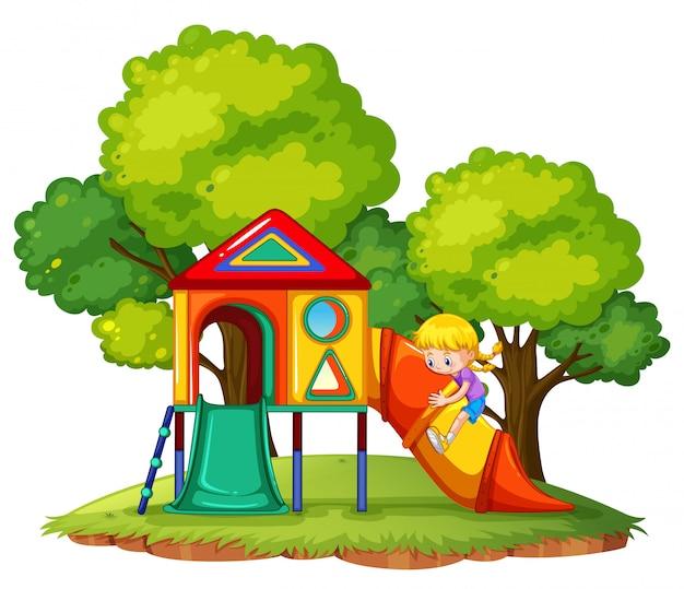 Une fille jouant au toboggan au parc