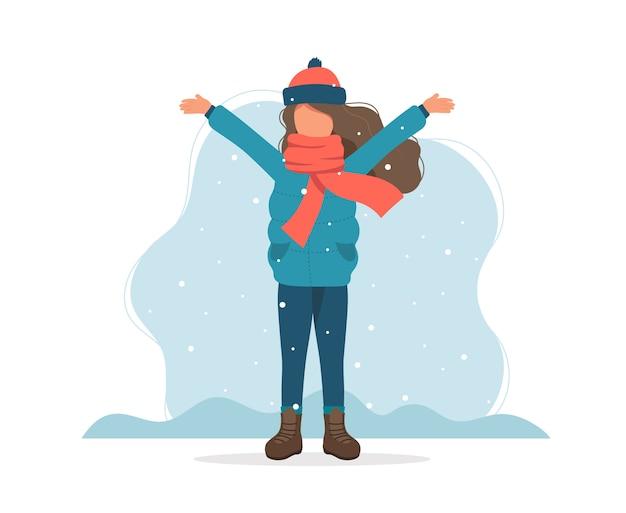 Fille jouant avec de la neige en hiver.