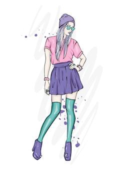Une fille en jupe, chapeau, lunettes, bas et bottes à talons hauts.
