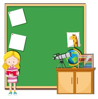 Fille lisant dans une salle de classe