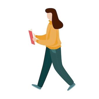 Fille lisant un livre et marchant