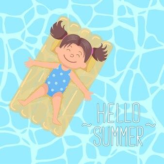 Fille mignonne de cheveux de queue de cochon s'étendant sur le lit flottant bonjour l'été