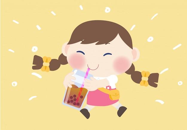 Fille mignonne heureuse boire une boisson au thé boba