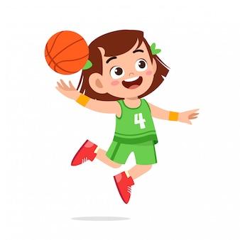 Fille mignonne heureuse jouer au basketball train