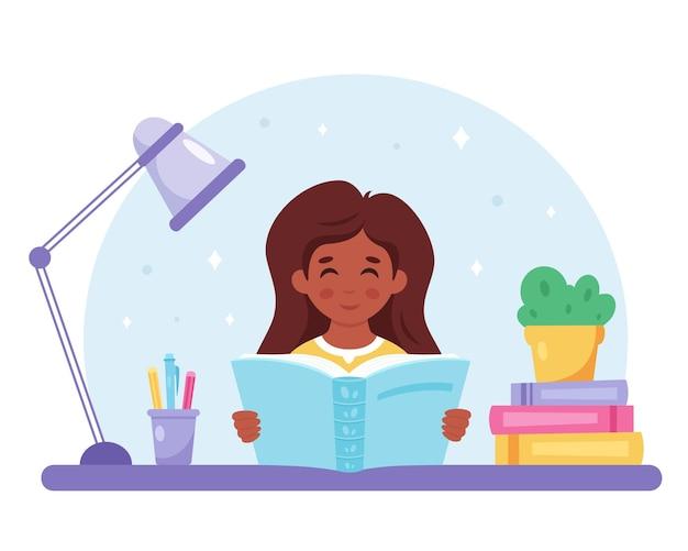 Fille noire lisant un livre fille étudiant avec un livre