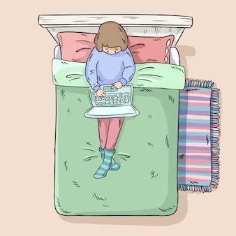 Fille avec ordinateur portable sur le lit