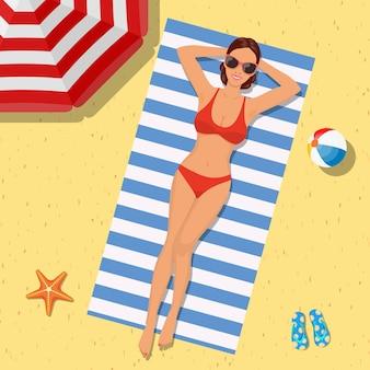 Fille sur la plage avec un bikini. heure d'été