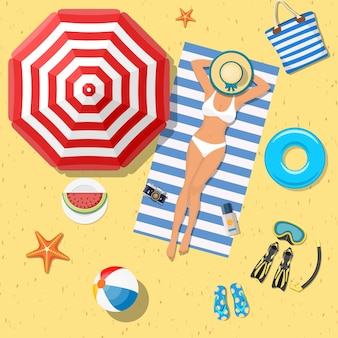 Fille sur la plage avec un bikini. heure d'été.