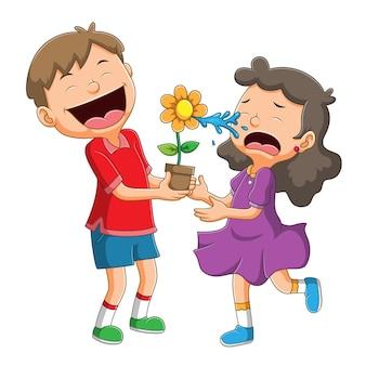 La fille pleure à cause de la farce du garçon avec de l'eau de becs de fleurs