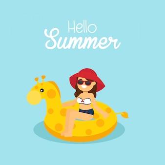 Fille portant le maillot de bain nageant sur la girafe gonflable