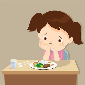 Fille s'ennuie avec de la nourriture