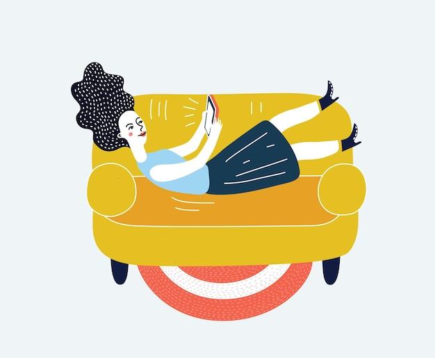 Fille avec téléphone allongée sur un canapé et chattin