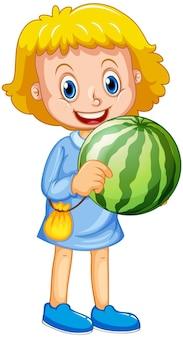 Une fille tenant un personnage de dessin animé de fruits de pastèque isolé sur blanc