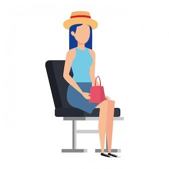 Fille de touriste avec chapeau d'été dans la chaise de l'aéroport