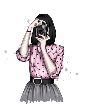 Fille en vêtements rétro et avec un appareil photo vintage