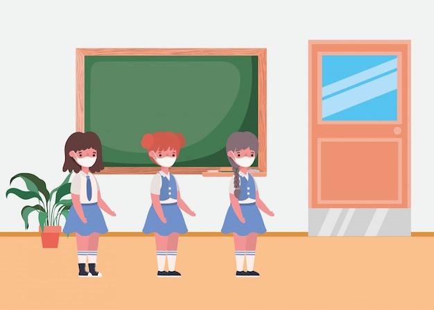 Filles enfants avec des masques en classe