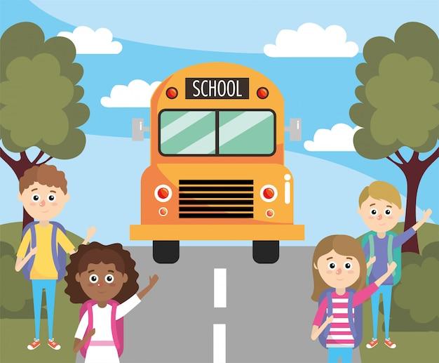 Filles et garçons en attente d'un autobus scolaire