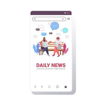 Filles lisant le journal discuter des nouvelles quotidiennes lors de la réunion dans le concept de communication de bulle de chat de parc illustration de l'espace de copie pleine longueur de l'écran du smartphone