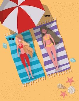 Filles avec maillots de bain d'été