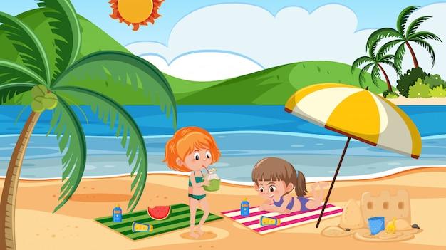 Filles à la plage pour les vacances