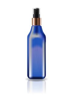 Flacon carré cosmétique bleu blanc avec tête de pulvérisation pressée.