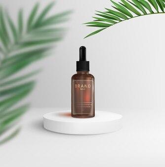 Flacon cosmétique avec pipette sur un podium blanc avec des feuilles de palmier sur fond blanc