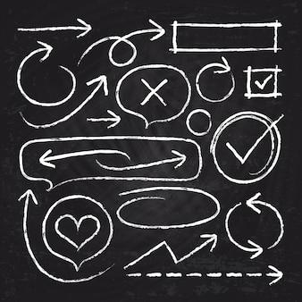 Flèches de craie blanche dessinés à la main, cadres de cercle et croquis des éléments graphiques isolés sur le jeu de tableau noir. illustration de la ligne de flèche de croquis de craie et pinceau grunge rugueux