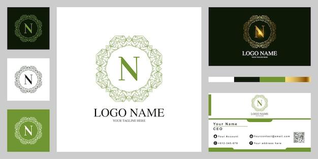 Fleur d'ornement de luxe lettre n ou conception de modèle de logo cadre mandala avec carte de visite.