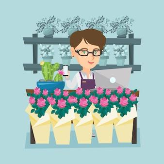 Fleuriste debout derrière le comptoir au magasin de fleurs