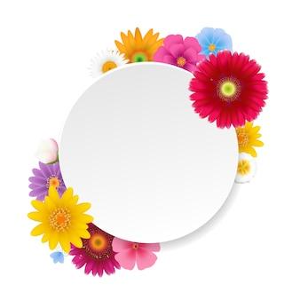 Avec des fleurs d'été sur fond blanc