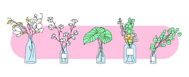 Fleurs et feuilles dans un vase en verre