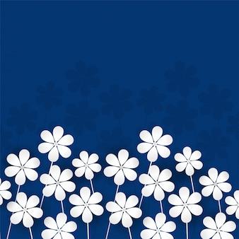 Fleurs de papier blanc sur fond bleu.