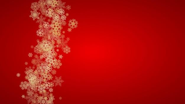 Flocons de neige de noël sur fond rouge. cadre de paillettes horizontales pour bannière d'hiver, coupon-cadeau, bon, annonces, événement de fête. couleur du père noël avec des flocons de neige de noël dorés. chute de neige pour les vacances