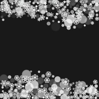 Flocons de neige tombant sur fond noir. thème joyeux noël et bonne année. flocons de neige givrés pour les bannières, les cartes-cadeaux, les invitations à des fêtes, les compliments des partenaires et les offres commerciales spéciales.