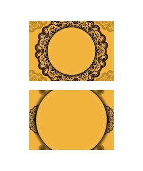 Flyer de félicitations en jaune avec des ornements bruns indiens pour votre conception.