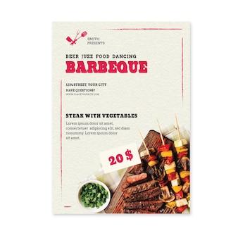 Flyer vertical de viande sur des brochettes de barbecue