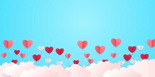 Fond d'amour avec des formes de coeur. bannière horizontale avec des coeurs volants, artisanat en papier découpé.