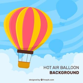 Fond de ballons à air chaud dans le ciel avec des nuages