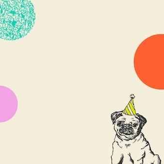 Fond beige d'anniversaire mignon avec le chien de pug de cru dans le chapeau de cône de partie