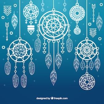 Fond bleu avec des capteurs de rêves d'ornement